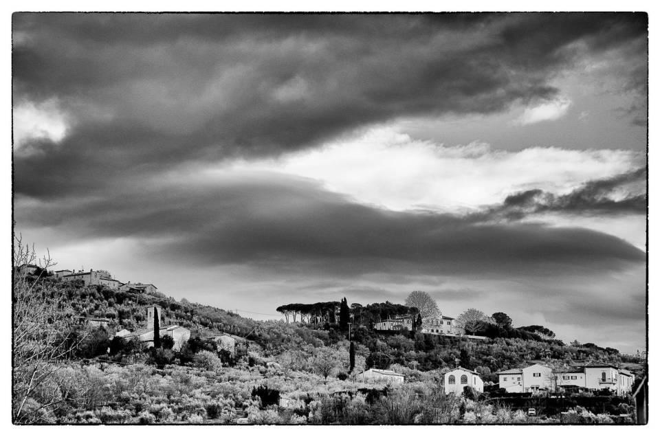 La campagna introno a Firenze in un giorno di cielo coperto